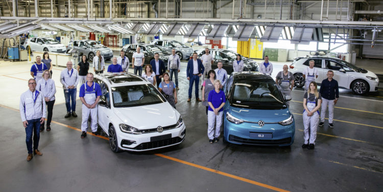 Passing the baton: After today's phase-out of the Golf Variant, the Zwickau plant now produces exclusively fully electric vehicles.