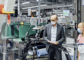 Volkswagen brand CEO Ralf Brandstätter finds out more about door assembly on the production line in Zwickau at the start of ID.4 series production.